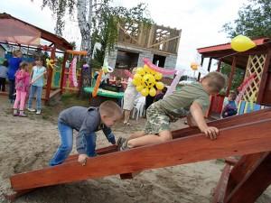 Дети  играют на открытии