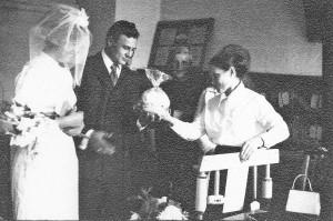 Гусельникова Е.К. в отделе ЗАГС, расположенном в домике на Жуковского конец 50-х гг.